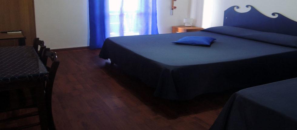 La camera offre un terrazzino vista mare ove è possibile rilassarsi e consumare comodamente la prima colazione.